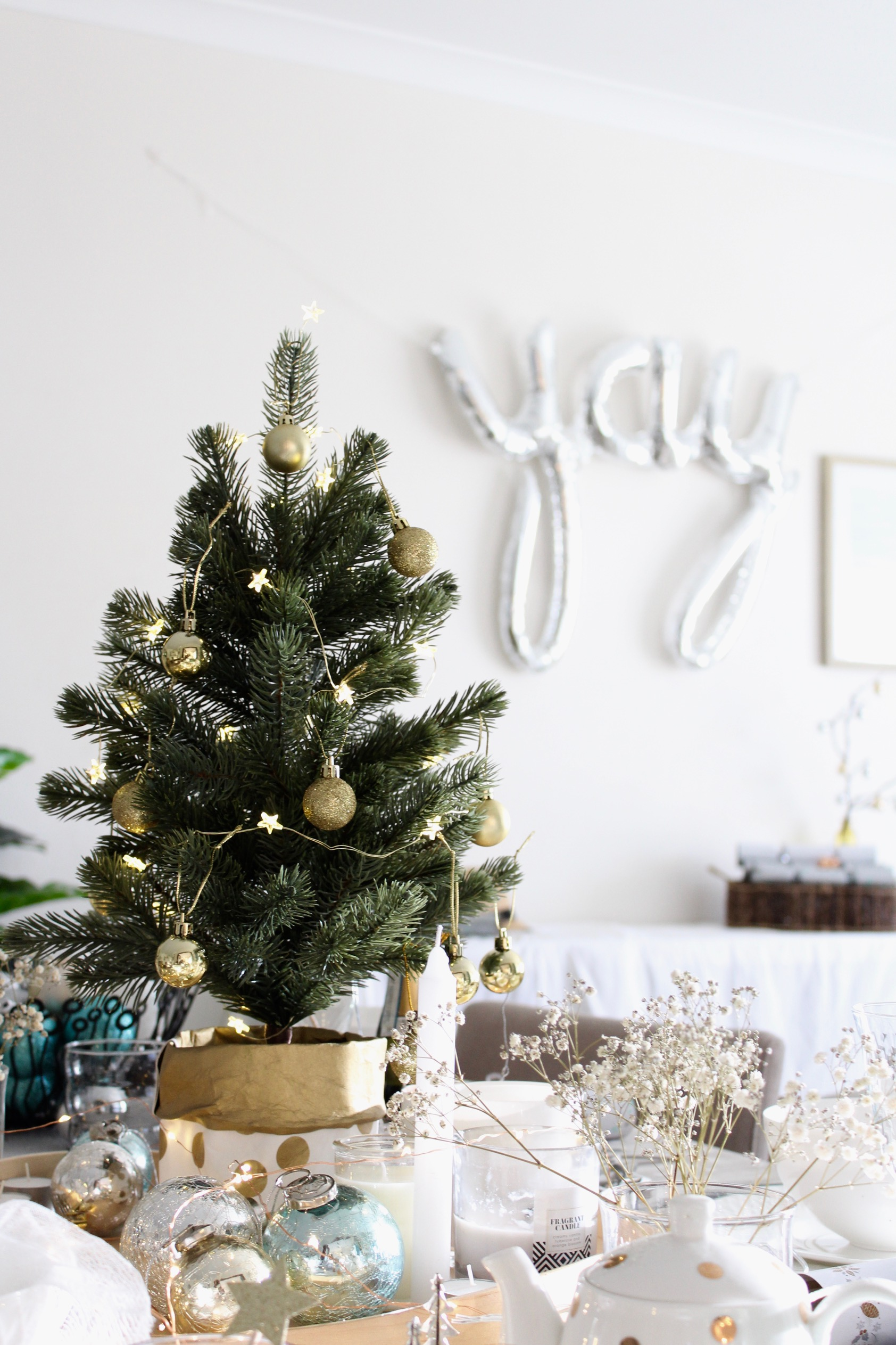 How to style a Christmas Table - free guide on the blog